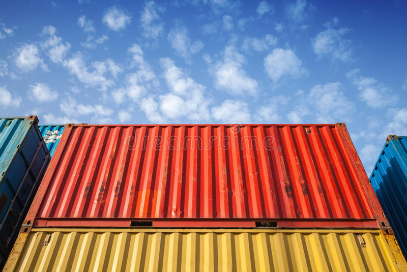 Recipientes de carga industriais do metal colorido na área de armazenamento foto de stock royalty free