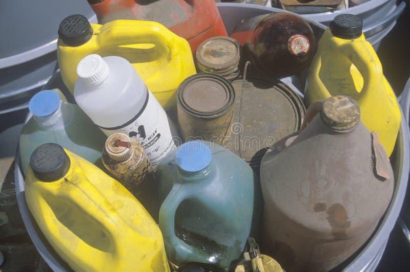 Recipientes de resíduos tóxicos que esperam a eliminação apropriada fotografia de stock