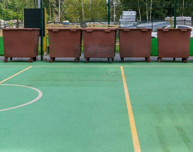 Recipientes do lixo na terra de esportes foto de stock