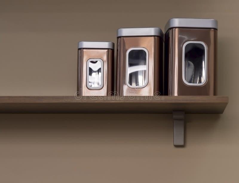 Recipientes do metal para produtos maiorias na cozinha foto de stock