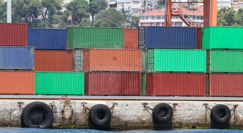 Recipientes em um porto fotografia de stock