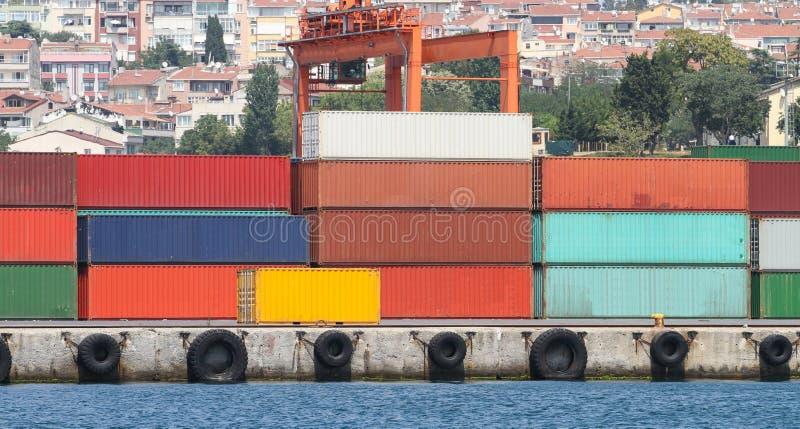 Recipientes em um porto foto de stock
