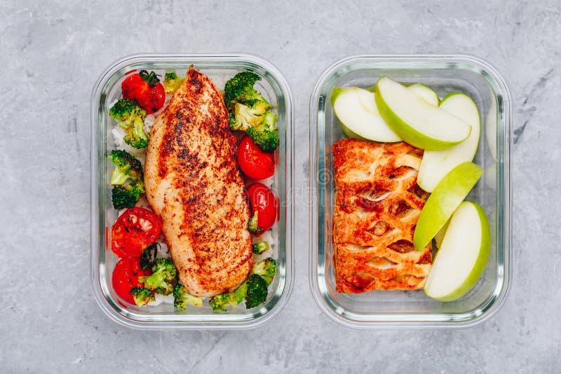 Recipientes grelhados da preparação da refeição da galinha com arroz, brócolis e tomates e torta da sobremesa com maçã verde fotografia de stock royalty free