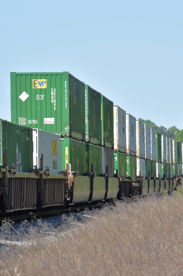Recipientes intermodais em trem encadernado do leste fotografia de stock royalty free