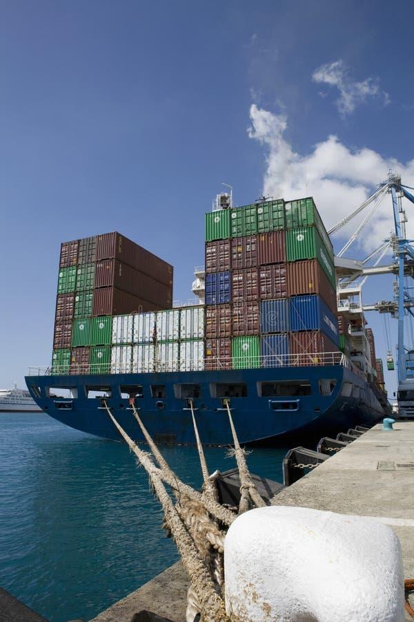 Recipientes no navio em Limassol Chipre foto de stock royalty free