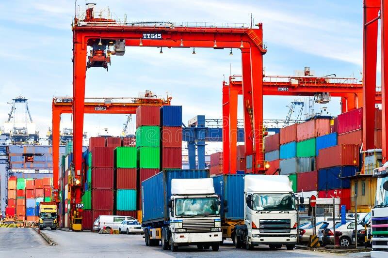Recipientes no porto do anúncio publicitário de Hong Kong foto de stock