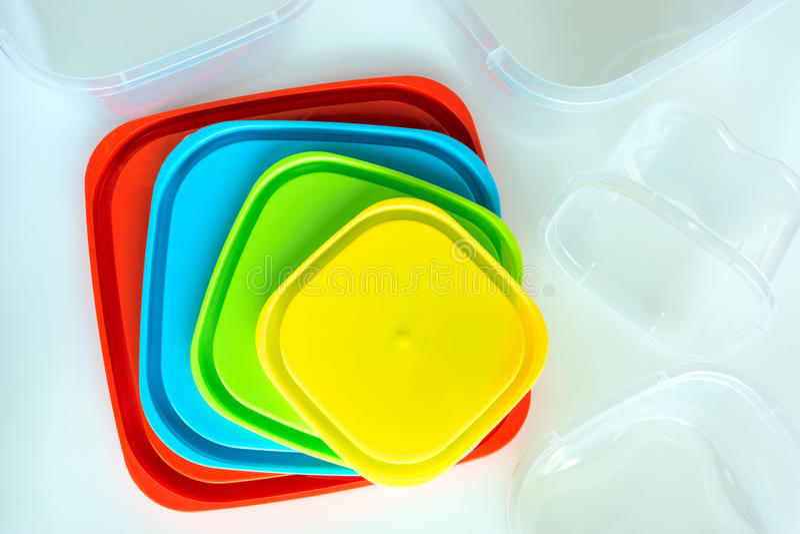 Recipientes plásticos de tamanhos e de cores diferentes ilustração do vetor
