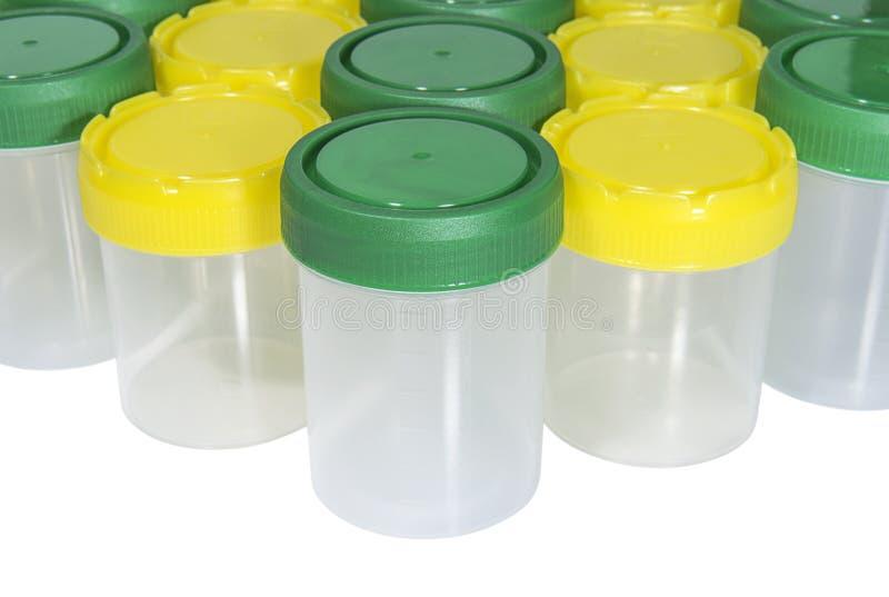 Recipientes plásticos para a coleção de líquidos biológicos com os tampões verdes e amarelos foto de stock royalty free