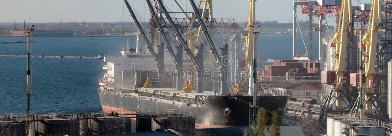 Recipientes que carregam pelo guindaste, porto de comércio, transporte imagem de stock royalty free