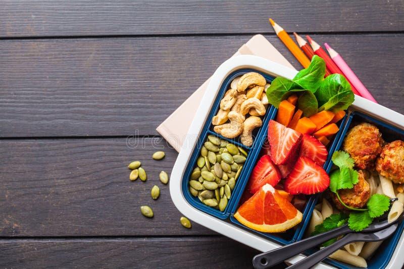 Recipientes saudáveis da preparação da refeição com almôndegas, massa, vegetais, bagas, sementes e porcas dos feijões em um recip fotografia de stock