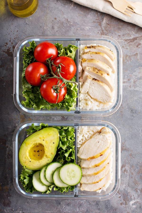 Recipientes saudáveis da preparação da refeição com galinha e arroz fotos de stock