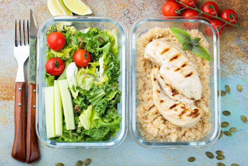 Recipientes saudáveis da preparação da refeição com o tiro aéreo do quinoa, do peito de frango e da salada verde Vista superior C fotografia de stock