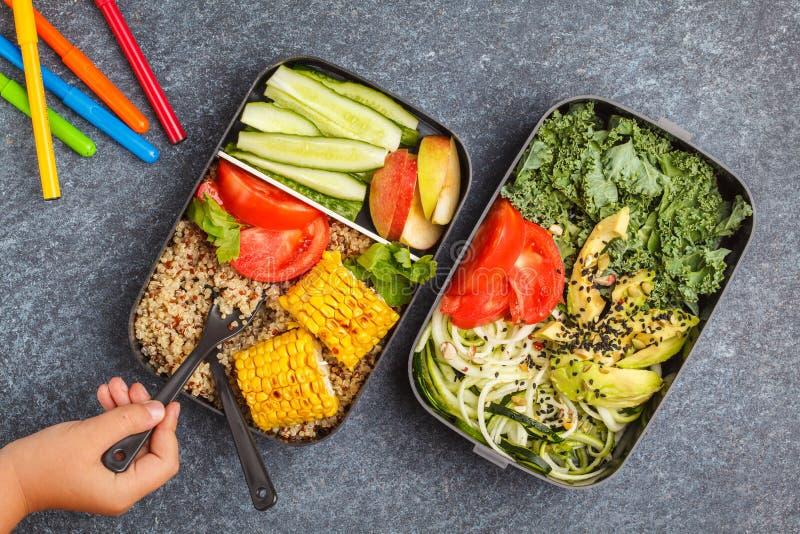 Recipientes saudáveis da preparação da refeição com quinoa, abacate, milho, zucchin fotografia de stock royalty free
