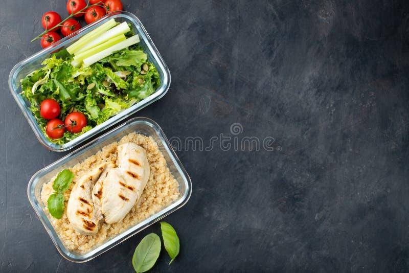 Recipientes saudáveis da preparação da refeição com quinoa, peito de frango e gre fotografia de stock royalty free