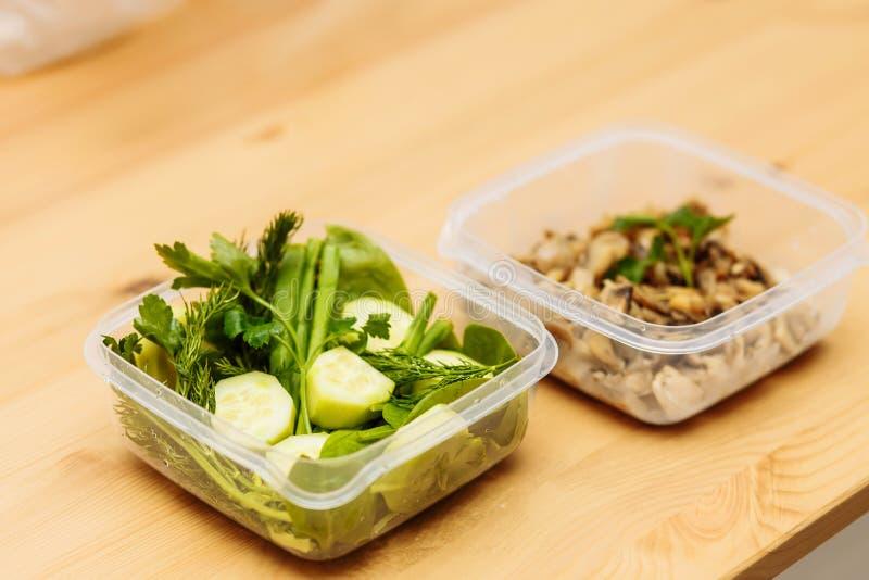Recipientes saudáveis da preparação da refeição foto de stock royalty free