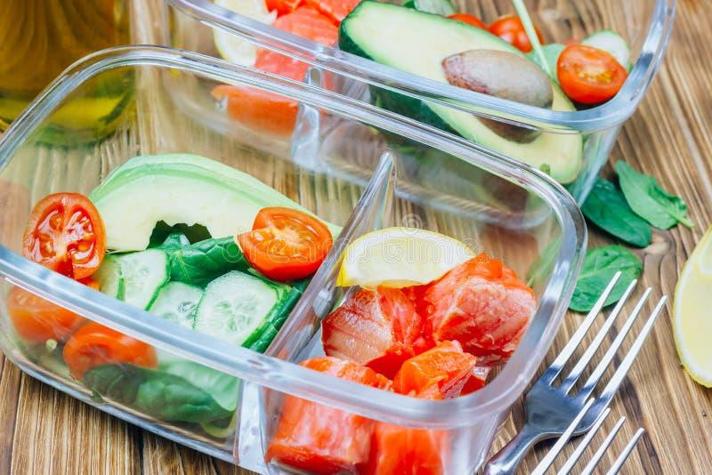 Recipientes saudáveis da preparação da refeição no backgound de madeira fotos de stock