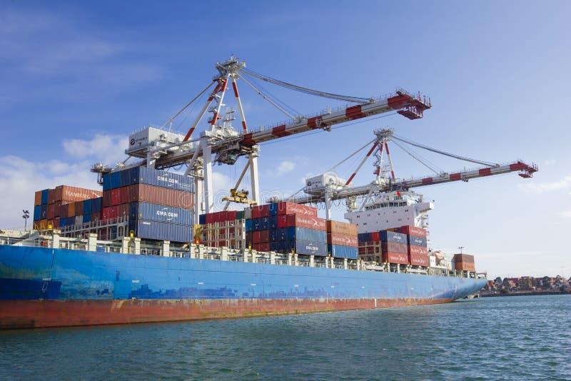 Recipientes a ser descarregados em um navio de recipiente na doca de Swanson no porto de Melbourne, Austrália foto de stock royalty free
