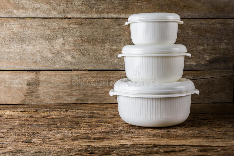 Recipientes vazios para o alimento no fundo de madeira fotos de stock royalty free