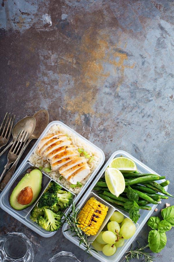 Recipientes verdes saudáveis da preparação da refeição com arroz e vegetais imagem de stock royalty free