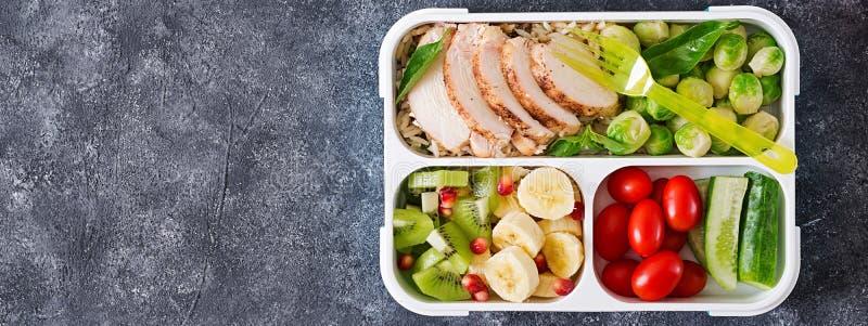 Recipientes verdes saudáveis da preparação da refeição com faixa da galinha, arroz, couves de Bruxelas imagens de stock royalty free