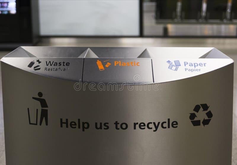 Recipienti di riciclaggio del contenitore di ecologia immagini stock libere da diritti