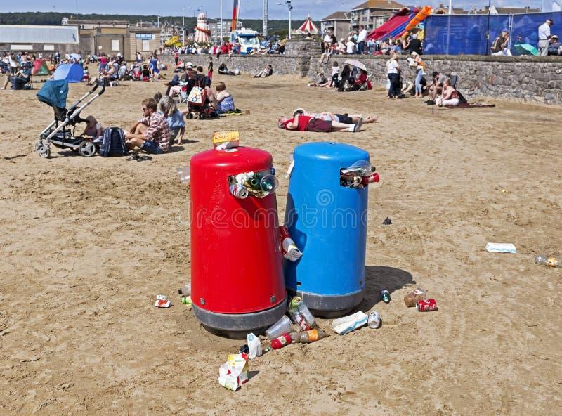 Recipienti di straripamento dei rifiuti fotografia stock