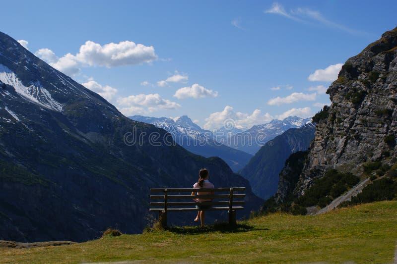 Reclínese sobre la naturaleza, montan@as, Italia imagen de archivo