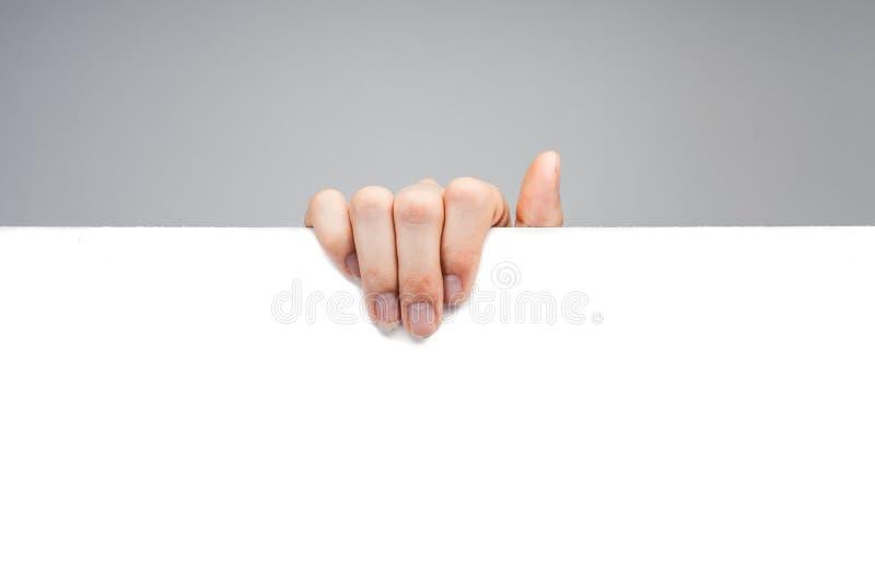 Reclame: Hand die wit leeg document houden royalty-vrije stock afbeeldingen