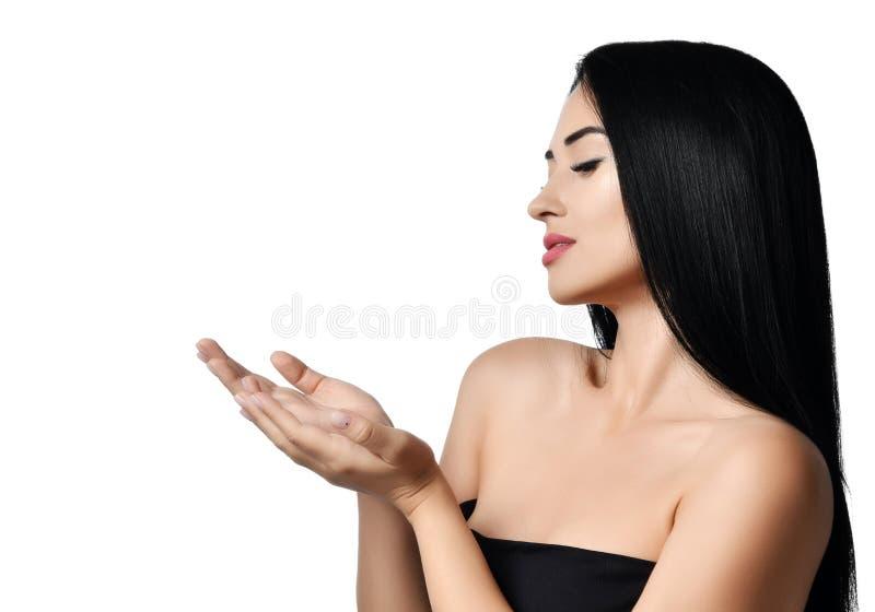 Reclameconcept Het portret van vrouw vormde open handen tot een kom bekijkend iets bij haar het open palmen tonen geïsoleerd op e stock foto's