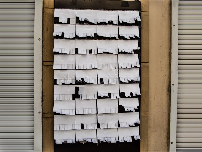 Reclamemalplaatje van het prikbord op de muur stock fotografie