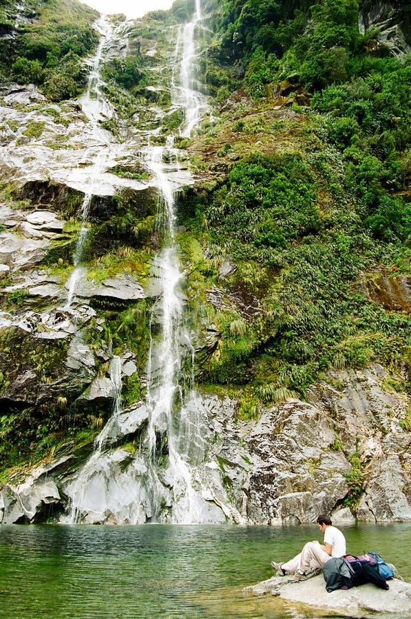 Reclinándose cerca de la cascada, pista de Milford fotografía de archivo libre de regalías
