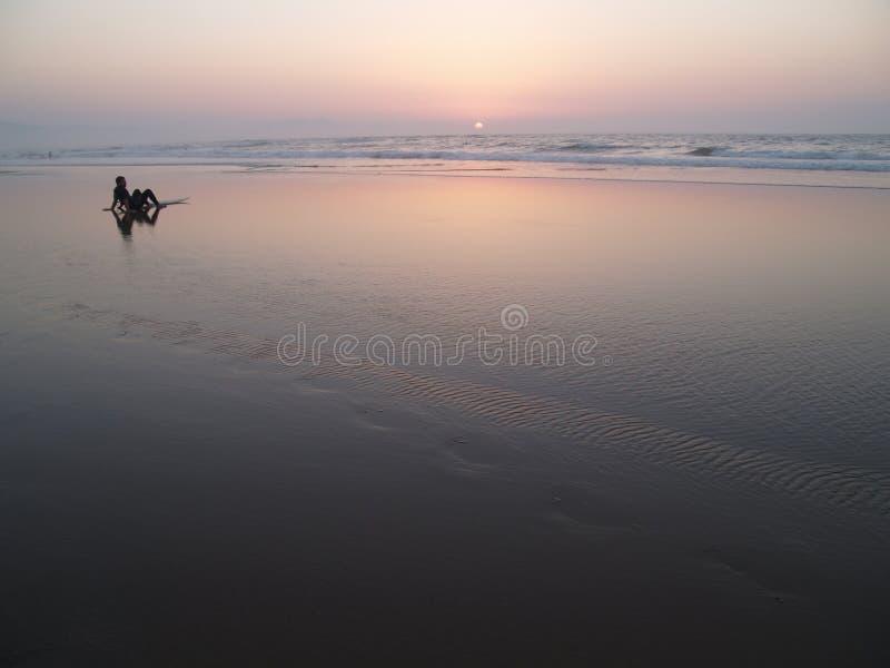 Reclinación de la persona que practica surf imágenes de archivo libres de regalías