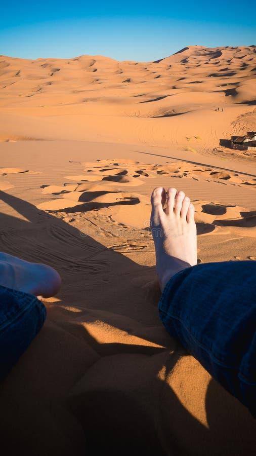 Reclinación en el desierto del Sáhara imagenes de archivo