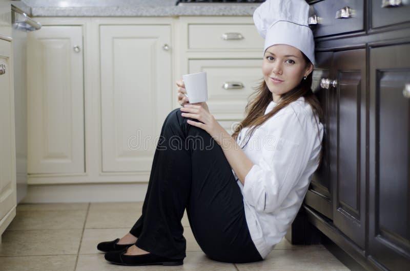 Reclinación femenina linda del cocinero imagen de archivo libre de regalías