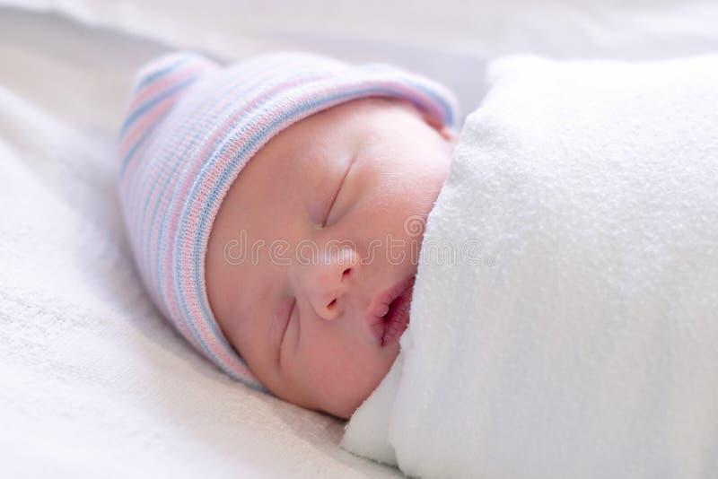 Reclinación recién nacida imagen de archivo libre de regalías