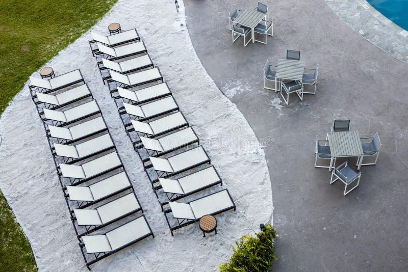 Recliners и таблицы на курорте с видом на море стоковая фотография