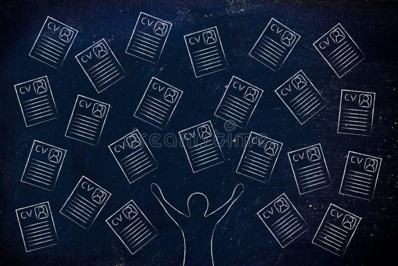 Reclutador feliz rodeado por las porciones de curriculums vitae imagen de archivo libre de regalías