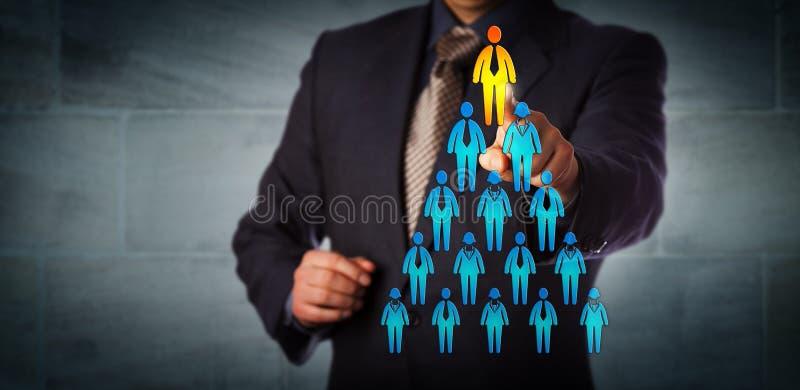 Reclutatore che seleziona uomo in cima alla gerarchia corporativa immagine stock libera da diritti