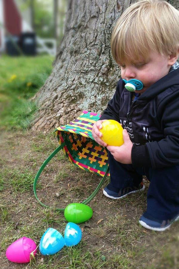 Recogida de los huevos de Pascua imagenes de archivo