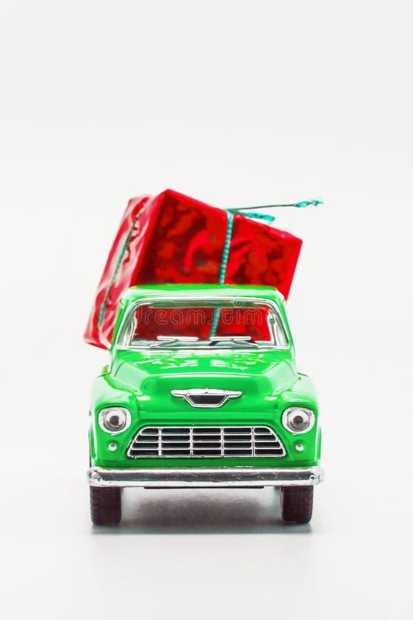 recogida retra verde del coche con una caja de regalo roja aislada fotos de archivo libres de regalías