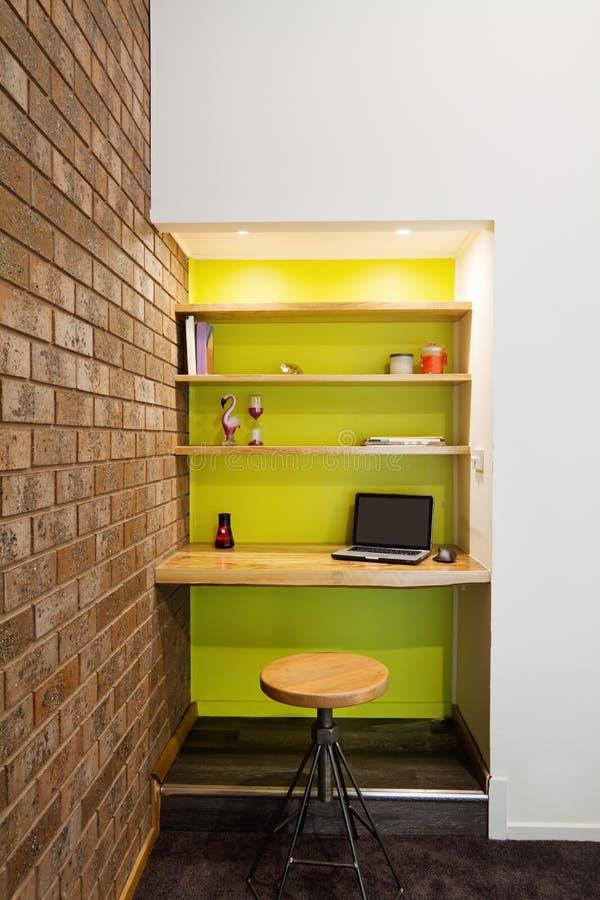 Recoin d'étude de mur de caractéristique de vert de chaux dans le salon image stock