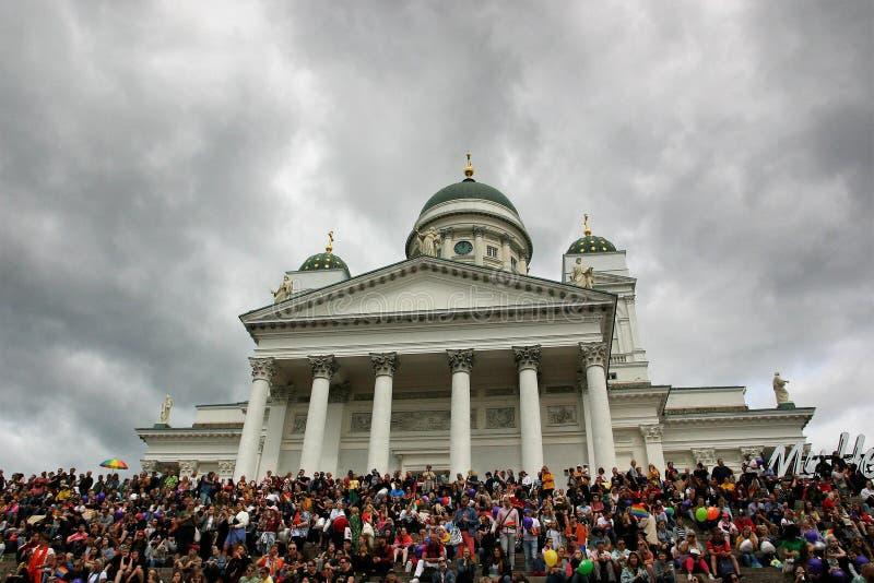 Recolectan a la gente en los pasos de la catedral de Helsinki para esperar el desfile de orgullo para comenzar imágenes de archivo libres de regalías