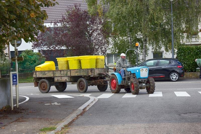 Recolha de lixo em uma cidade provincial imagem de stock royalty free
