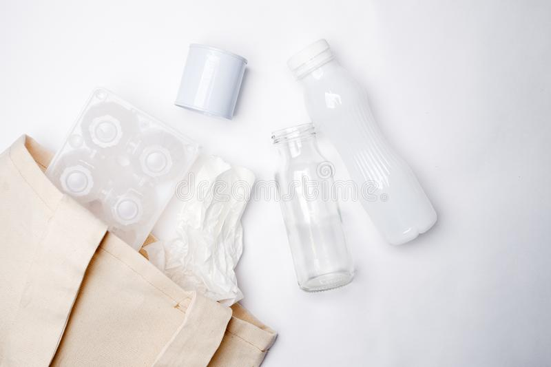 Recolha de lixo separada: saco do tecido, embalagem de ovo, papel, garrafa de vidro e lata de alumínio Conceito de Eco Configuraç fotos de stock royalty free