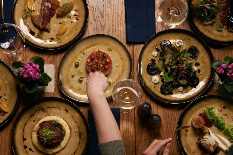 Recolhimento da empresa para jantar do partido do Natal ou do ano novo na tabela festiva fotos de stock royalty free