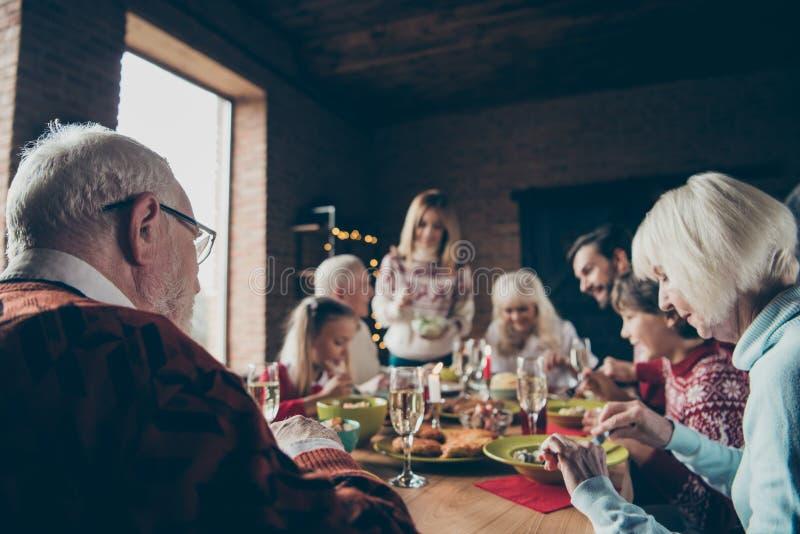 Recolhimento da família da noite de Noel, reunião avós Cinzento-de cabelo imagem de stock royalty free