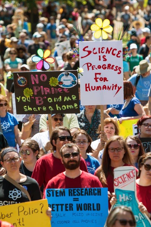 Recolhimento dos milhares na reunião e no março do Dia da Terra para a ciência imagem de stock