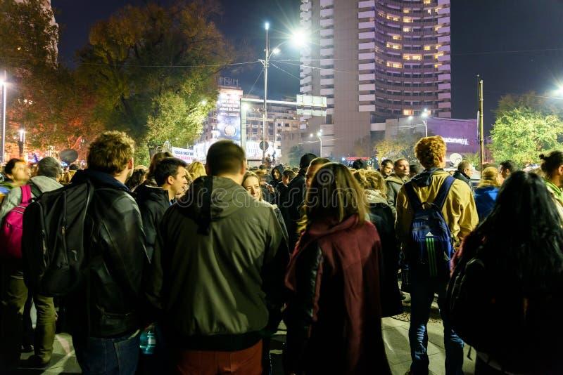 Recolhimento dos povos no quadrado da universidade e teatro nacional no segundo dia do protesto contra a corrupção e o governo ro imagem de stock