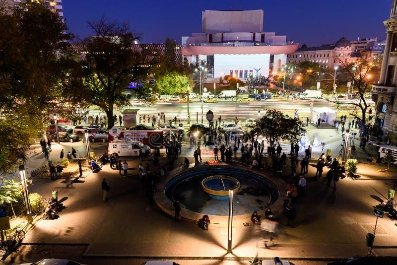 Recolhimento dos povos no quadrado da universidade e teatro nacional no segundo dia do protesto contra a corrupção e o governo ro foto de stock