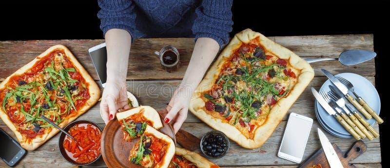 Recolhimentos amigáveis na tabela de jantar com pizza caseiro e cerveja escura imagem de stock royalty free